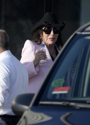 Joan Collins bei ihrer Ankunft auf Mallorca.