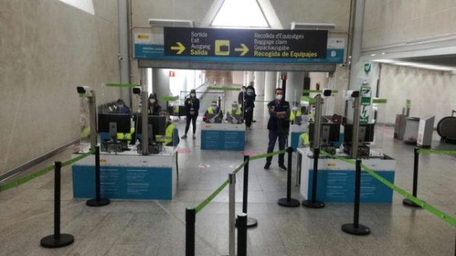 Gesundheitskontrolleure im Flughafen von Mallorca.