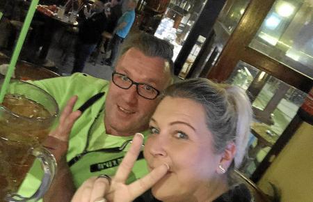 Kevin und Annika Kaltwasser bei der Wiedereröffnung des Bierkönigs in der Schinkenstraße. Dort hatten sie sich 2015 kennengelernt.