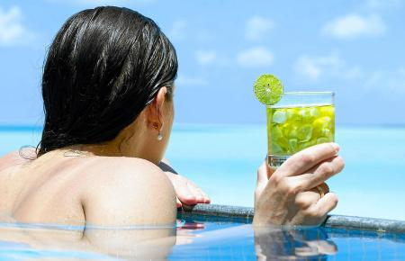 Im Pool stehen, mit dem Mojito in der Hand und den Blick aufs blaue Meer gerichtet träumen: So und nicht anders fühlt man sich, wenn man auf Mallorcaeinen Beachclub besucht.