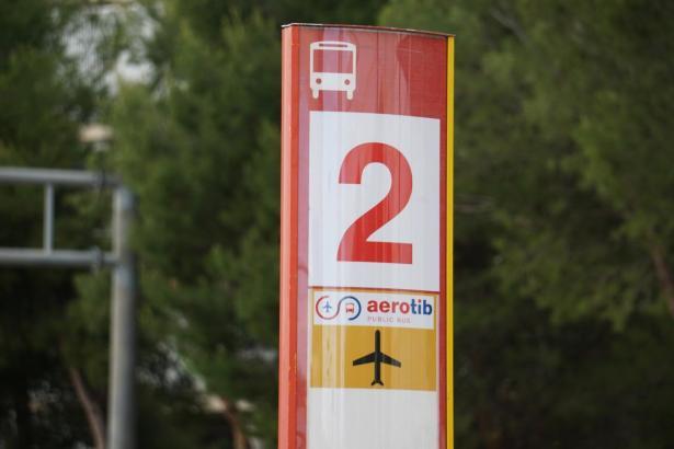 """Eine Haltestelle des """"Aerotib"""" Überlandbus-Service. Im Bus sollen Fahrgäste auch mit Bankkarte zahlen können."""