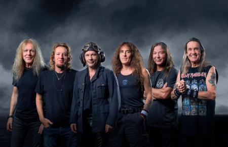 Aus seiner Leidenschaft für die Luftfahrt hat Rockstar Bruce Dickinson nie einen Hehl gemacht. Auch auf diesem Bandfoto von Iron Maiden sieht man den Frontmann der Gruppe mit Fliegermütze.