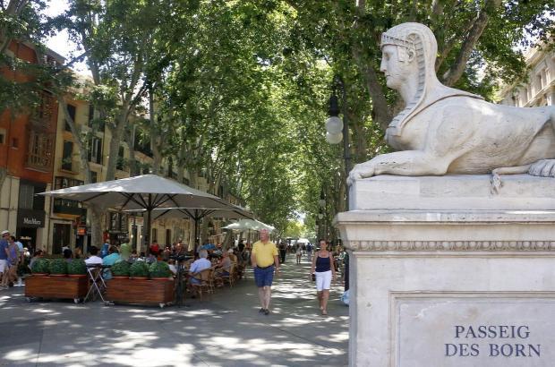 Der Paseo Borne, oder auf Mallorquinisch Passeig des Born, lädt im Zentrum von Palma zum Flanieren ein.