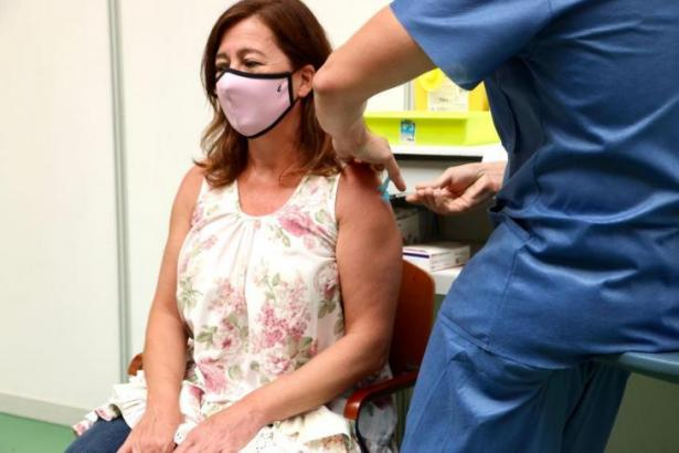 Balearen-Ministerpräsidentin Francina Armengol ließ sich am Samstag mit Biontech/Pfizer impfen.