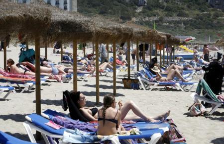 Die Strände auf Mallorca und den Nachbarinseln füllen sich. Immer mehr Menschen wollen nach Monaten des Lockdowns vereisen. (Archivfoto)