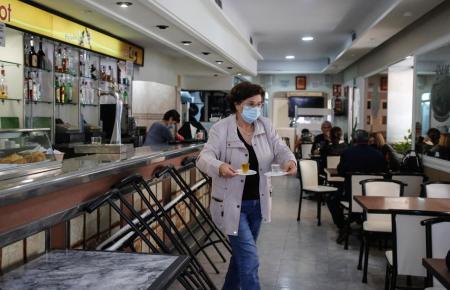 Innenräume von Bars und Restaurants könnten bald länger öffnen.