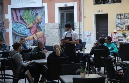Restaurants und Bars dürfen ab Sonntag länger geöffnet bleiben.