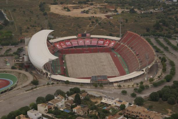Der alte Rasen ist schon weg. Das belegt dieses Luftbild vom Dienstag.