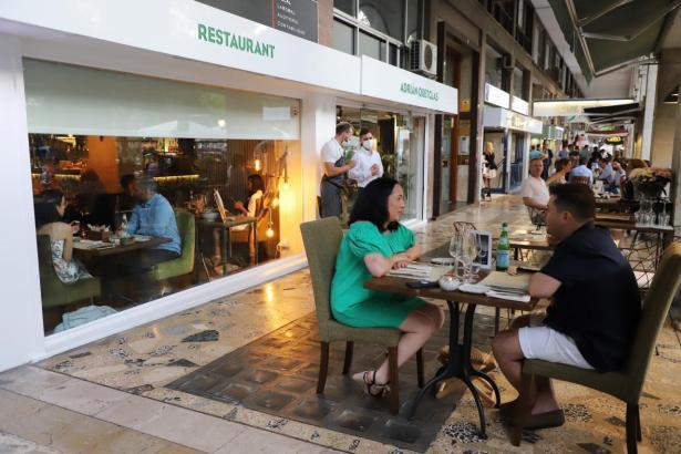 Restaurants und Bars dürfen nun bis Mitternacht öffnen.