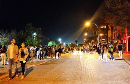 Mehrere Tausend Menschen treffen sich zum Feiern an der Playa de Palma.