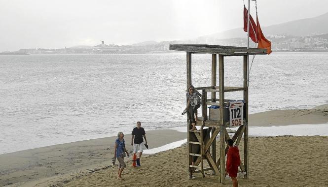 Die rote Flagge weht häufig am Strand von Can Pere Antoni.