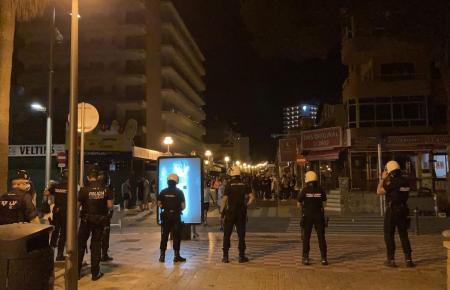 Die Bereitschaftspolizei im Einsatz vor der Schinkenstraße.