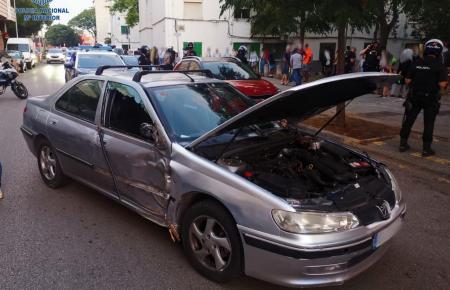Das Auto des jungen Mannes kollidierte mit einem Baum und blieb daraufhin liegen.