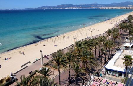 Einladend leuchtet die Playa de Palma unter der Sonne.