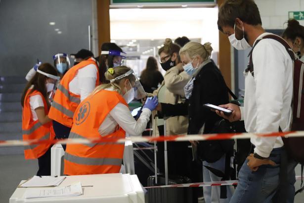Kontrollen an Flughäfen sollen mithilfe des digitalen Impfnachweises schneller gehen.