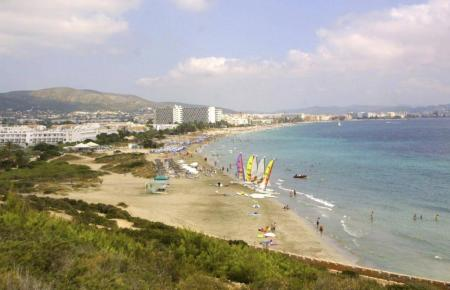 So sieht die Playa d'en Bossa auf Ibiza aus.