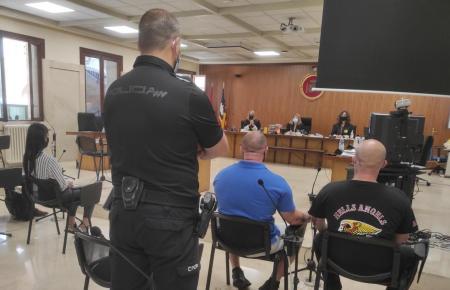 Die Angeklagten während des Gerichtsurteils.