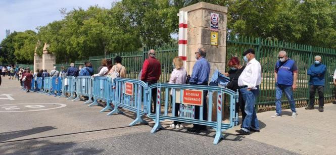 Lange Schlange vor der Impfstation Germans Escales in Palma