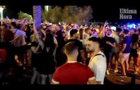 Einsatz von Lokal- und Nationalpolizei, um jugendliche Partygänger zu zerstreuen, die sich nach der Schließung der Vergnügungslokale an der Playa de Palma im Bereich des Balneario 6 zusammenballten.