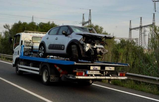 Eines der Unfallfahrzeuge wird wegtransportiert.