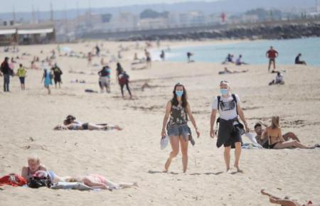 Wer sich am Strand bewegt, muss die Maske weiterhin tragen.