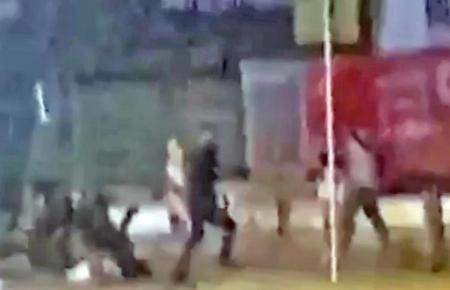 Eine Gruppe junger Männer greift Polizisten an, um einen Tatverdächtigen aus dem Dienstfahrzeug zu befreien.