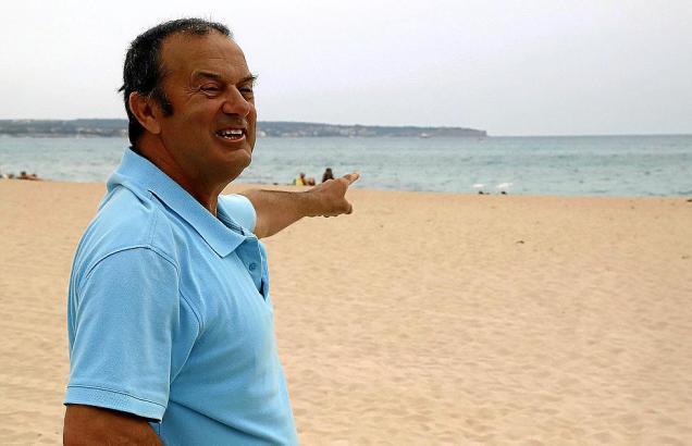 Félix Alarcón zeigt auf die Stelle, an der er den römischen Anker gefunden hat.