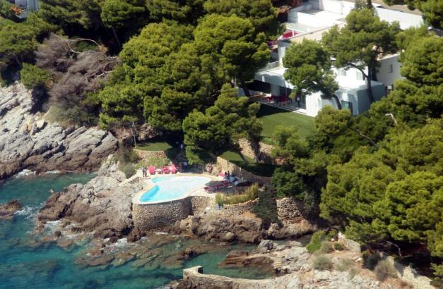 So nahe am Meer darf sich in Spanien ein Pool eigentlich nicht befinden.