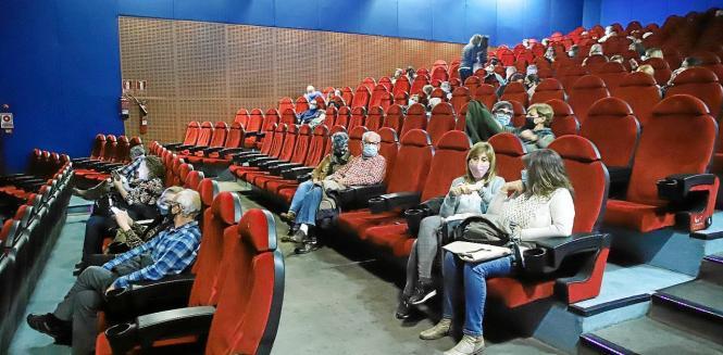 Wer ins Kino geht, muss weiter Abstand wahren und eine Maske aufziehen.