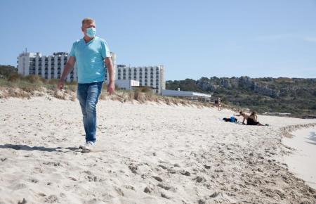 Maskenträger auf einem Strand auf Mallorca.