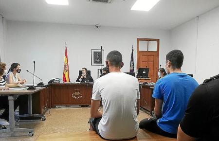 Die Kriminellen vor Gericht.