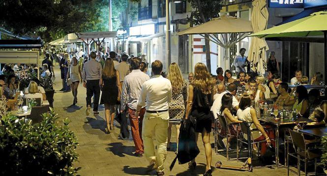 Derzeit ist viel los in der calle Fábrica.