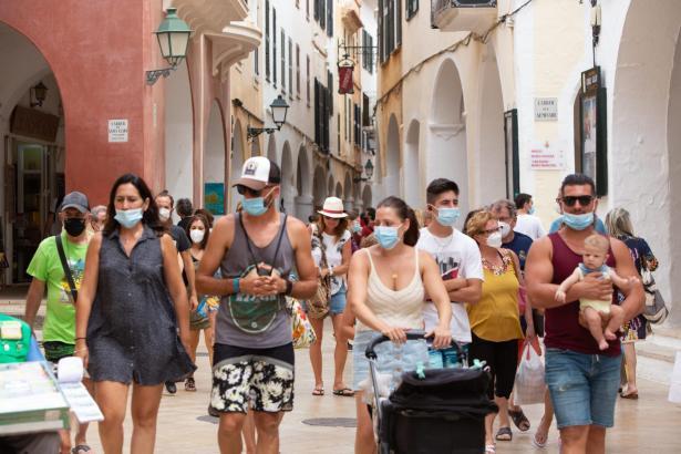 Maskenträger in der Altstadt von Palma de Mallorca.