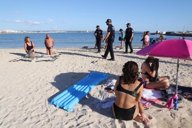 Polizisten bei der Räumung der Playa in Can Pastilla.