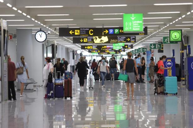Im Flughafen von Mallorca brauchen Einreisende aus 14 Bundesländern keinen Test mehr vorzeigen.