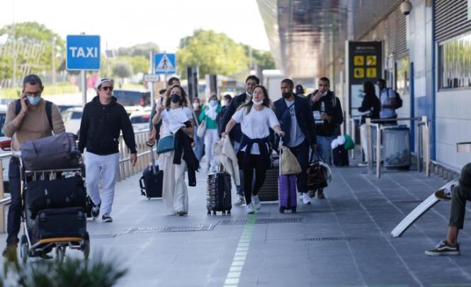 Touristen vor dem Flughafen von Ibiza.
