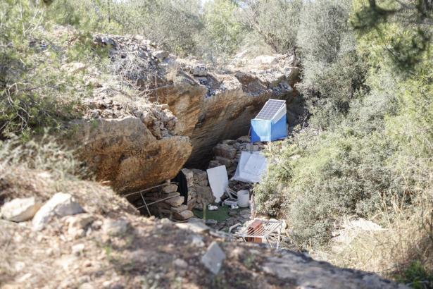So sieht es vor einer der Höhlen aus.