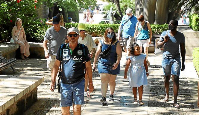 Passanten mit und ohne Masken am Wochenende in Palma.