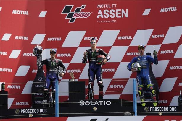 Siegerehrung in Assen: Der Mallorquiner Joan Mir (r.) wurde Dritter hinter Fabio Quartararo (M.) und Maverick Viñales.