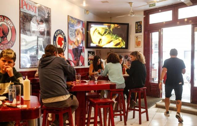 In Gastronomiebetrieben auf Mallorca gelten weiterhin coronabedingt Einschränkungen.