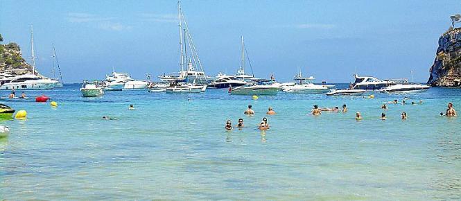 Vor Portals Vells legen viele Boote und Yachten an.