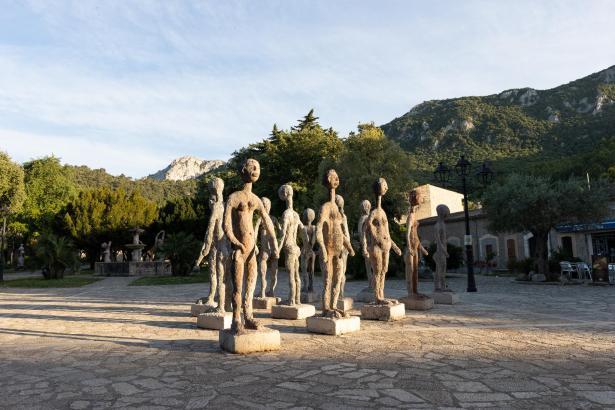 Eine Gruppe Skulpturen ist auf dem Vorplatz des Klosters von Lluc installiert worden.