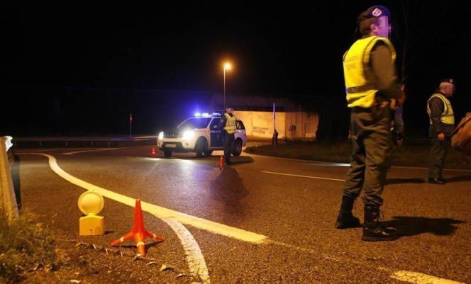 Die Guardia Civil sichert die Unfallstelle auf Ringautobahn.