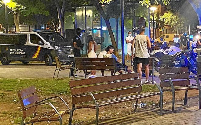 """Polizeibeamte bei einer Kontrolle von Jugendlichen im Park """"Wifi Llevant"""" in Palma."""