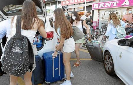 Abreise: Die jungen Reisenden verlassen das Quarantäne-Hote in Palma in Richtung Fähre, nachdem ein Gericht ihre Zwangsunterbringung aufgehoben hatte.
