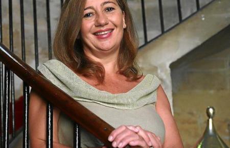Die balearische Ministerpräsidentin Francina Armengol stellte sich im Regierungssitz Consolat de Mar den Fragen der spanischen MM-Kollegen von Ultima Hora.