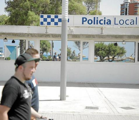 Das Archivfoto zeigt die Wache der Lokalpolizei an der Playa de Palma.
