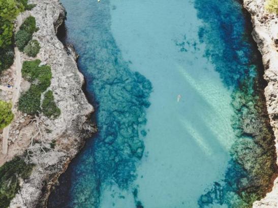 Mallorca hat mehr als 550 Kilometer Küstenlinie und über 300 Strände sowie viele Buchten mit kristallklarem Wasser.