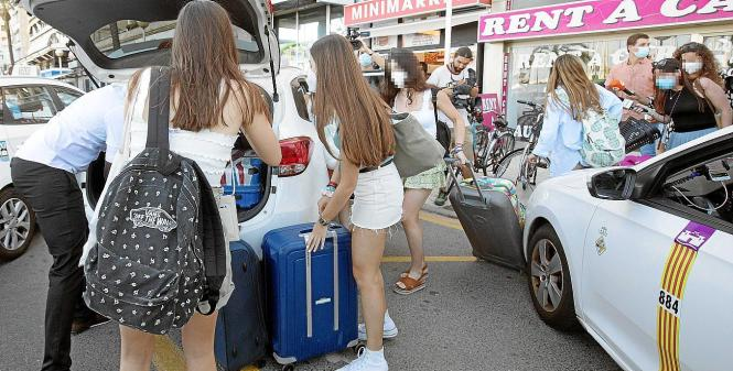 Jugendliche unweit vom Corona-Hotel Bellver in Palma de Mallorca.
