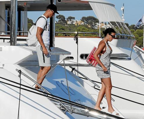 Cristiano Ronaldo und seine Ehefrau Georgina Rodriguez ensteigen ihrer Yacht in Port d'Alcúdia.